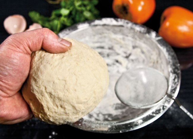 вымешивание теста для хунона (ханума) и скатывание его в шар