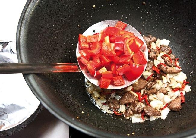 добавление сладкого перца в красный сай (подливу)