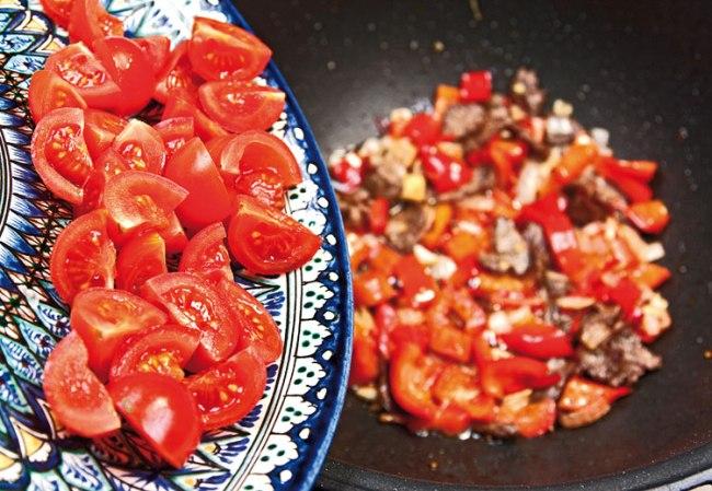 добавление помидоров в красный сай (подливу)