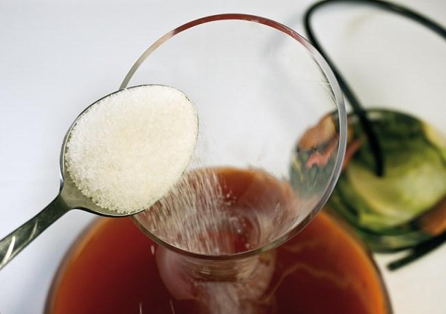 добавление сахара в молодое клубничное вино