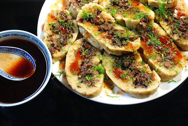 подача и сервировка отварного картофельного пирога с мясной начинкой
