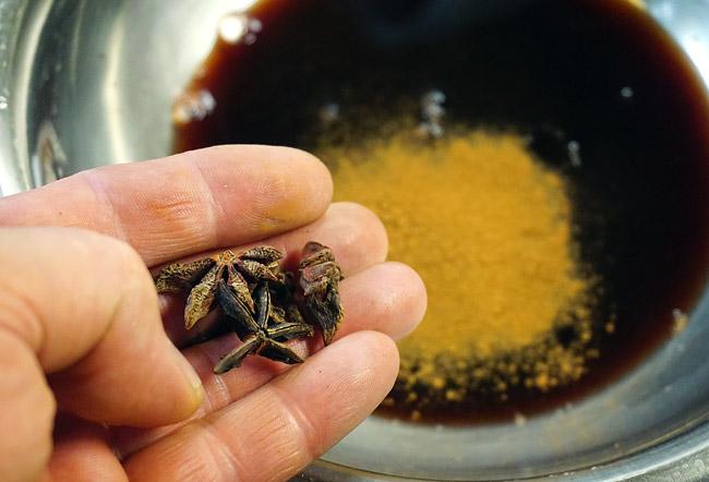 добавление сахара, бадьяна, корицы и гвоздики