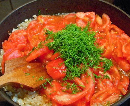 добавление в обжарку помидоров и зелени