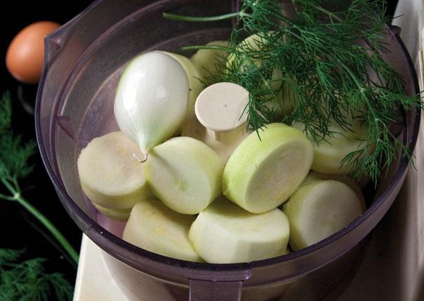 измельчение кабачковой мякоти, лука, чеснока и зелени