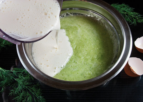добавление взбитых яиц в тесто для оладий