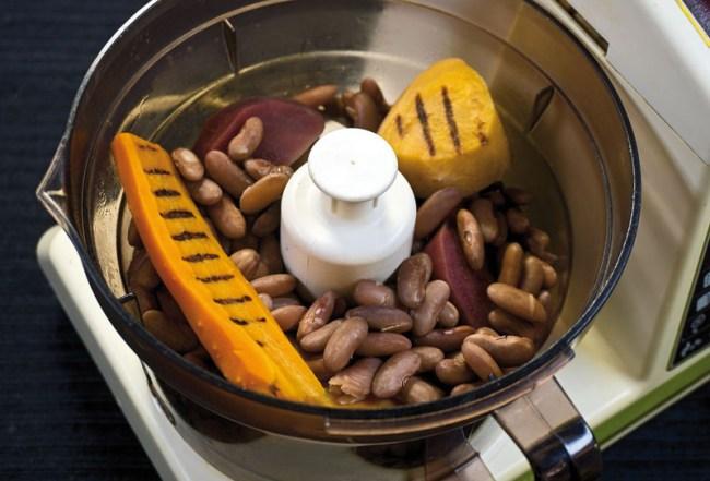пюрирование отварной фасоли и запеченных овощей