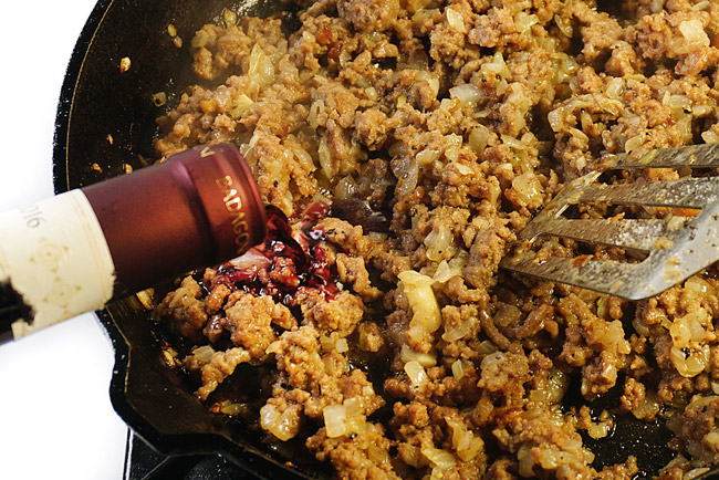 добавление красного вина в мясную обжарку