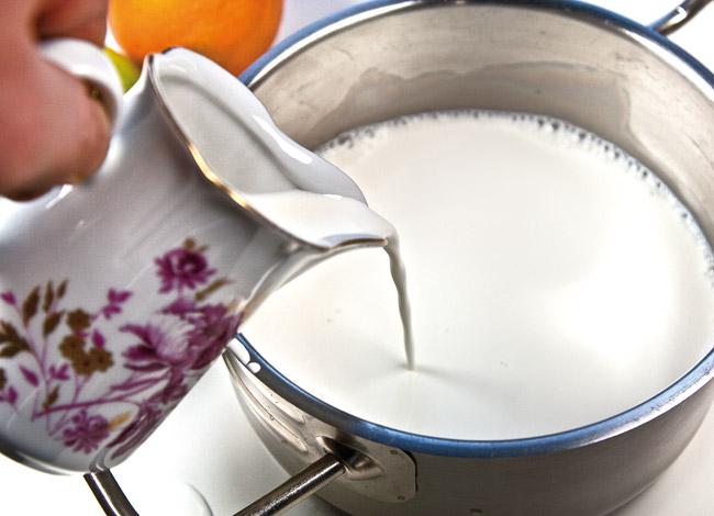 разогрев смеси сливок и молока для крем-карамели