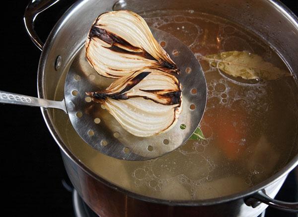 добавление в бульон запеченной луковицы