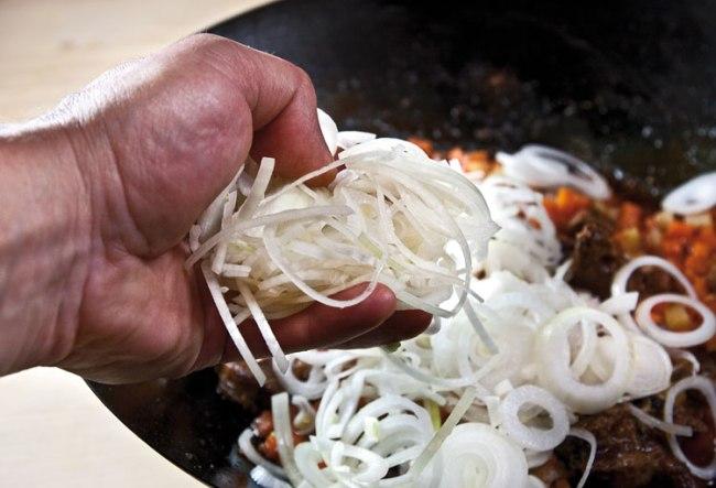 добавление основной части лука при приготовлении шавли