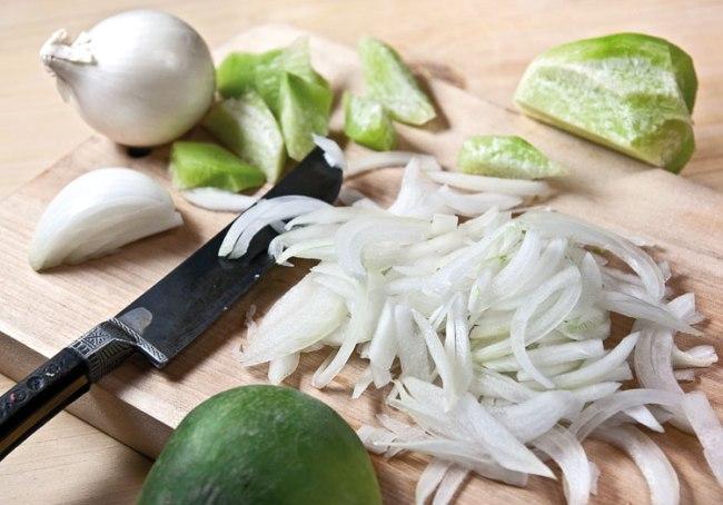 подготовка салата из лука и редьки для шавли