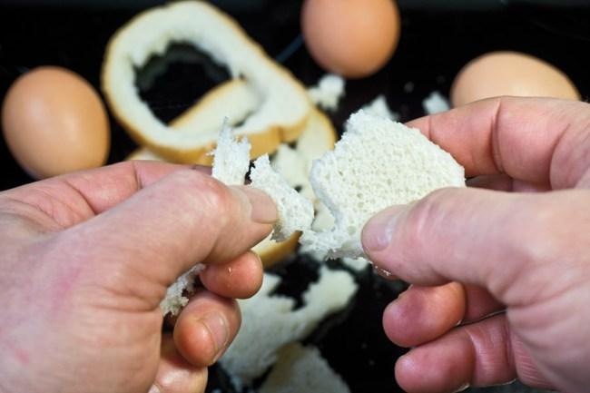 деление хлебного мякиша на произвольные кусочки