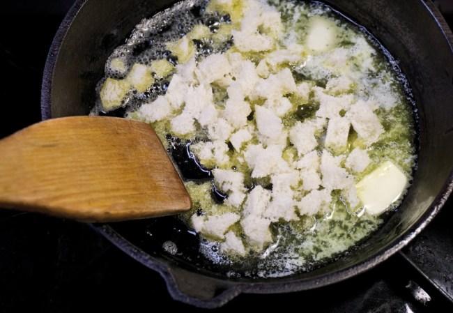 обжарка хлебного мякиша в сливочном масле
