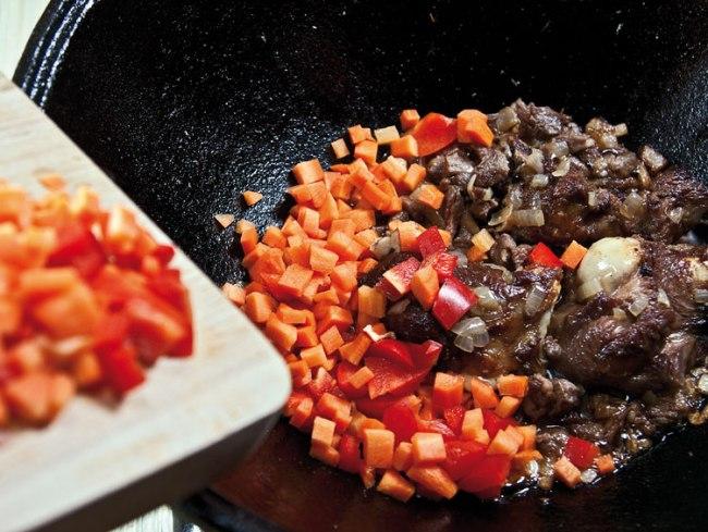 добавление и обжарка моркови и болгарского перца для машхурды