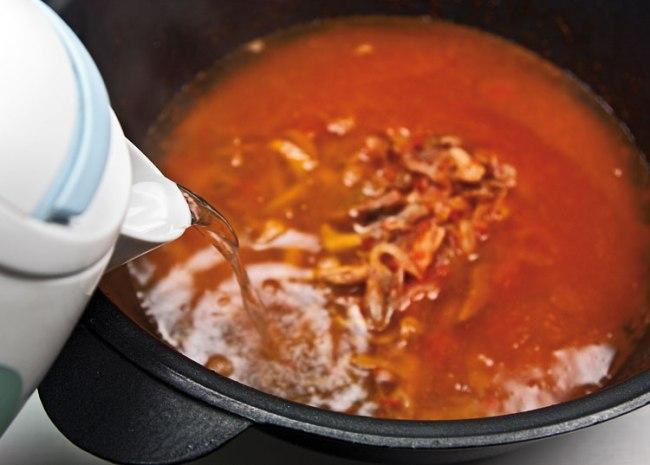 добавление воды при приготовлении сборной мясной солянки