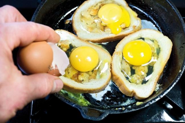 вбивание яиц в хлебную корочку