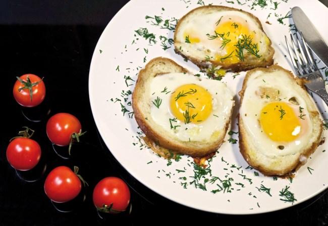 подача и сервировка яичницы в хлебном ломтике
