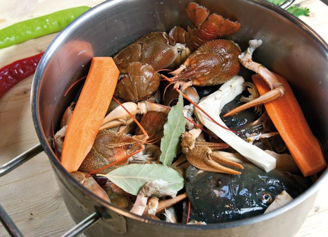 подготовка к варке бульона для сборной рыбной солянки