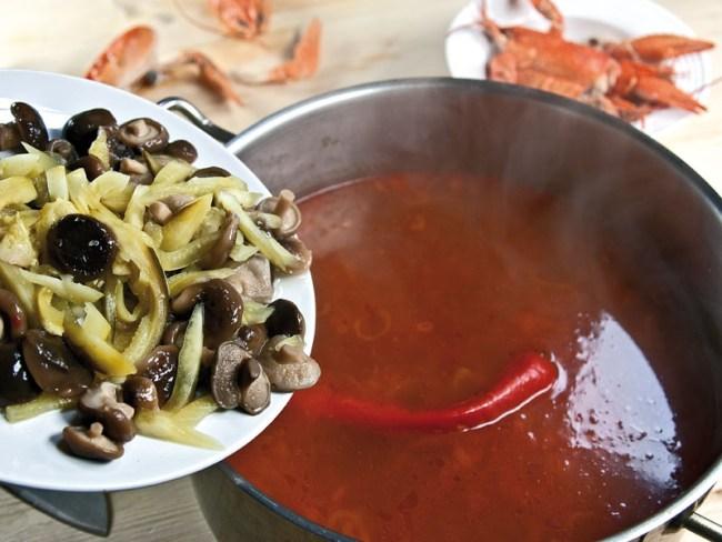 добавление огурцов и грибов в сборную рыбную солянку