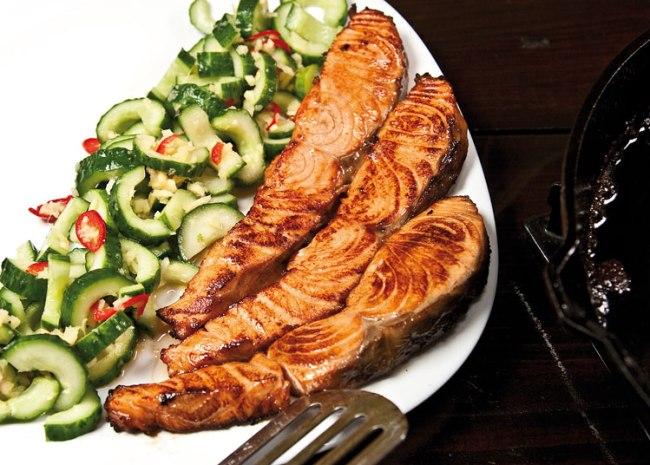 укладка семги юань и огурцов с имбирем на сервировочную тарелку