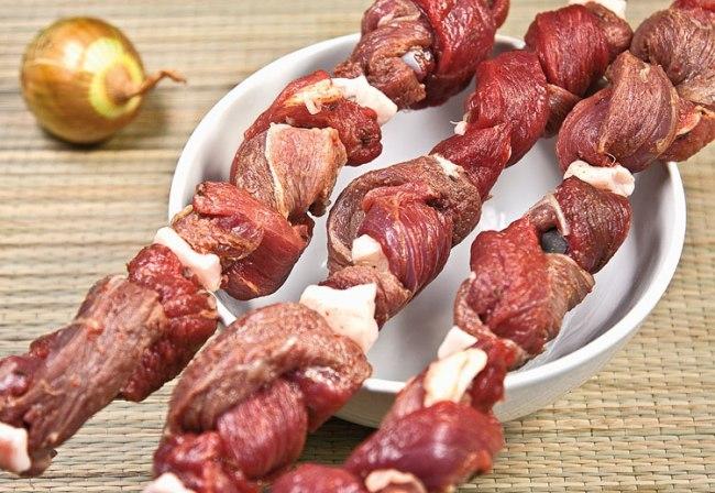 готовые шампуры с мясом для шашлыка-косички