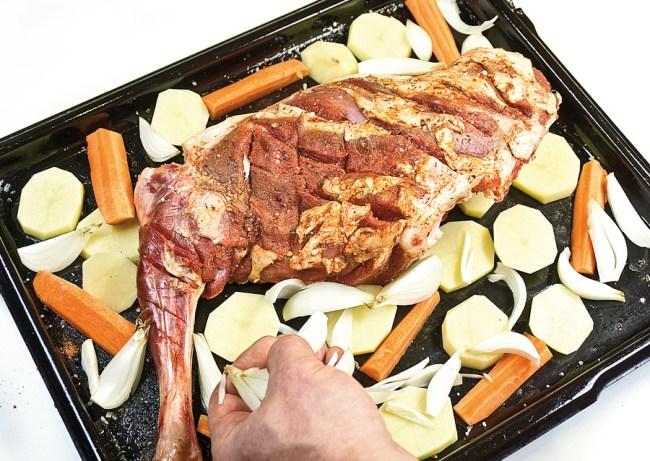 добавление лука к мясу для запекания в духовке
