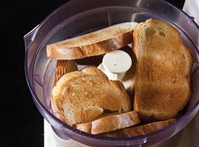 измельчение подсушенного хлеба в кухонном процессоре