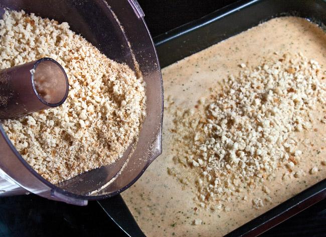 добавление измельченного хлеба в форму для запекания холостяцкого суфле