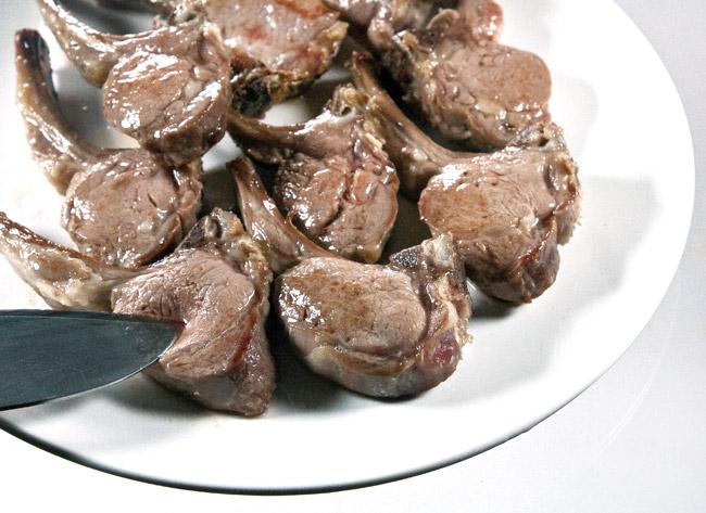 перемещение слегка обжаренной бараньей корейки на отдельную тарелку