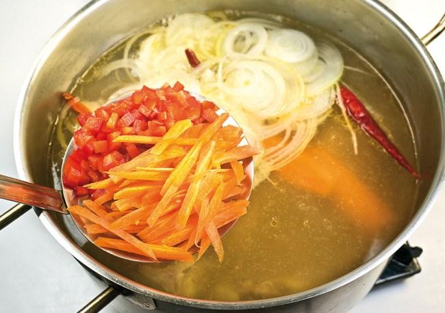 добавление лука, моркови и сладкого перца в деликатный опохмелочный борщ