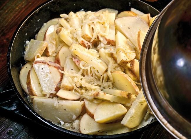 томление картофеля под прикрытой крышкой