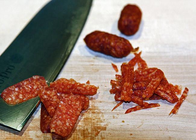 нарезка и добавление колбасы в сборную мясную солянку