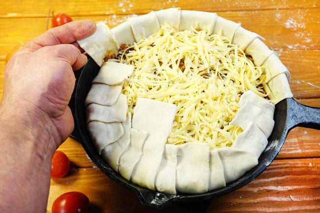 укладка теста поверх греческого пирога