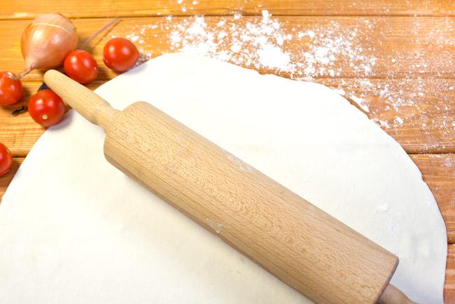 раскатанный лист теста для греческого пирога