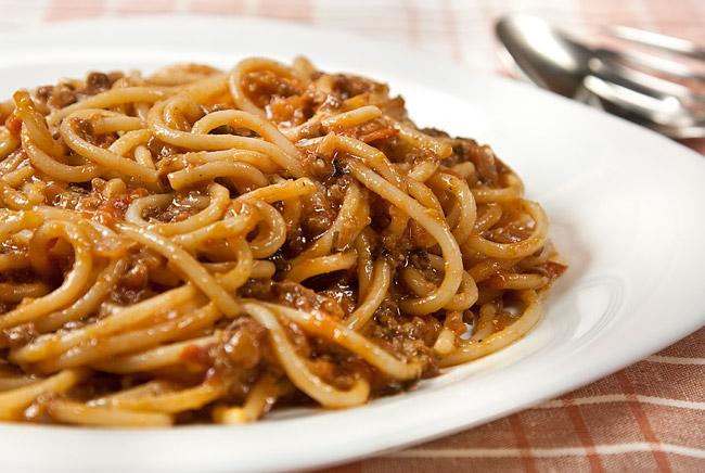 сервировка и подача спагетти под нутовым (гороховым) соусом
