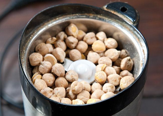 измельчение нута или гороха для спагетти под нутовым (гороховым) соусом
