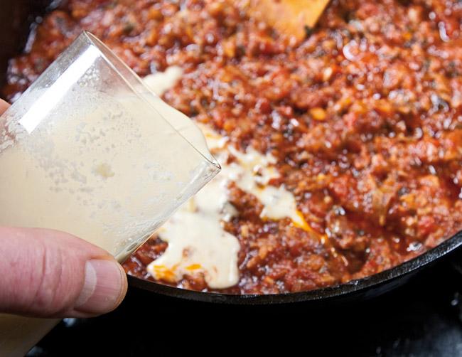 добавление разведенной нутовой муки в поджарку для спагетти под нутовым (гороховым) соусом
