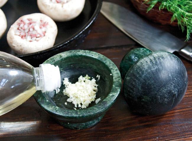 подготовка чеснока для шампиньонов, запеченных на манер эскарго