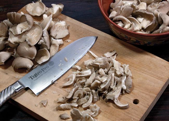 нарезка грибов для супа из вёшенок с домашней лапшой