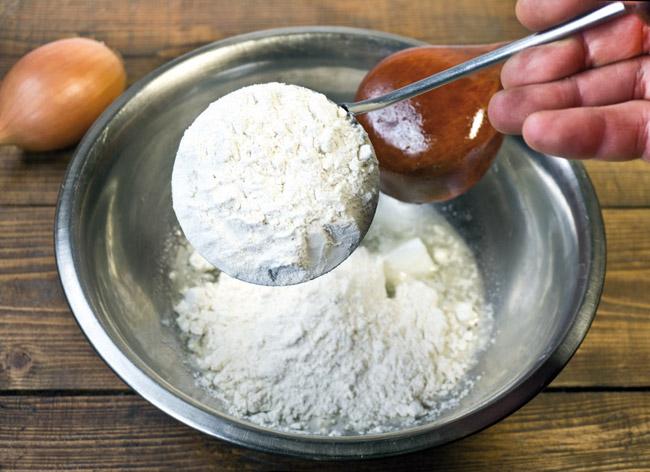 добавление муки при приготовлении закваски для узбекской лепешки