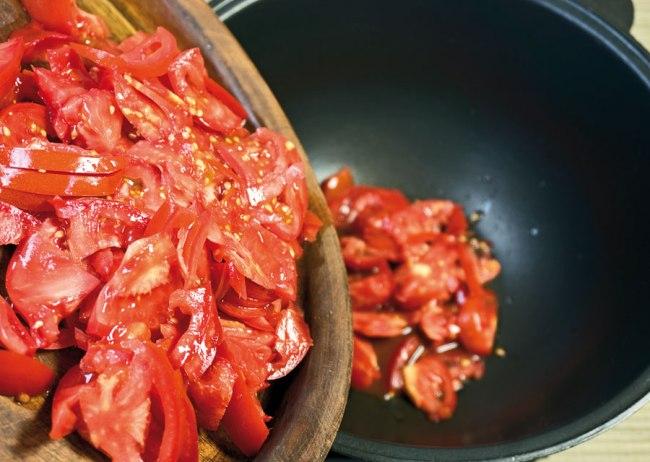 укладка помидоров для бульона сборной овощной солянки