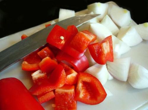 подготовка лука и сладкого перца для говядины с ананасами