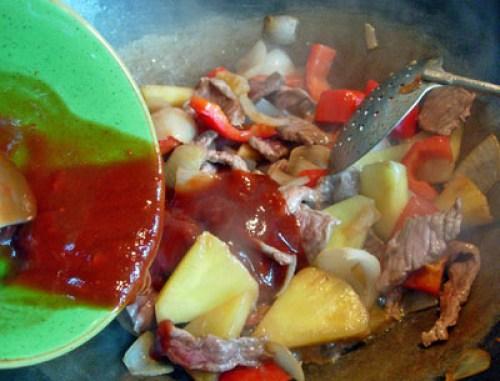 добавление соуса к говядине с с ананасами