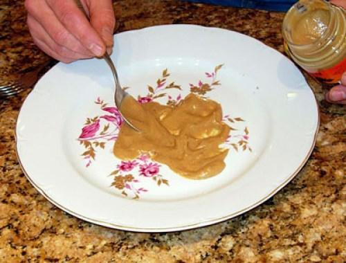 добавление горчицы на тарелку для салата из сырой говядины