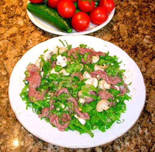 сервировка и подача салата из сырой говядины