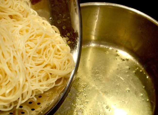 подготовка пасты для спагетти с холодным соусом