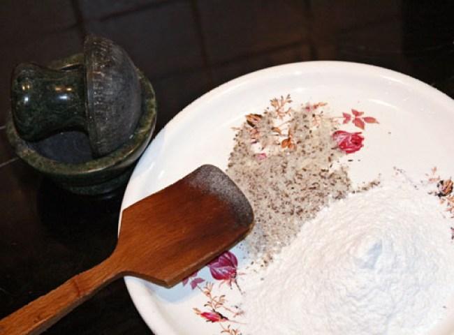 смешивание подготовленных специй с мукой