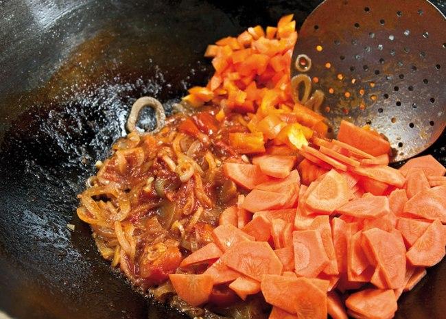 добавление в поджарку моркови и сладкого перца для рыбной шурпы с поджаркой