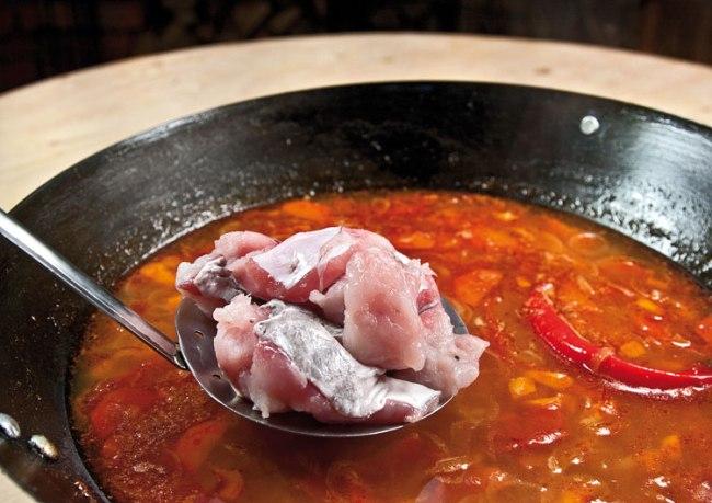 добавление сырых кусочков рыбного филе в рыбную шурпу с поджаркой