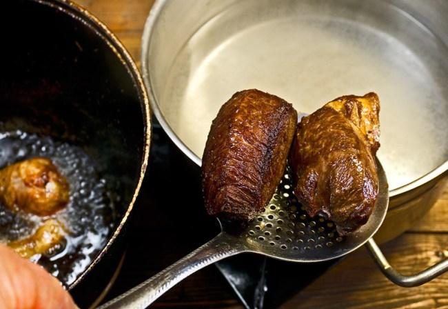 закладка обжаренного мяса для  картошки с мясом и с красным бульоном